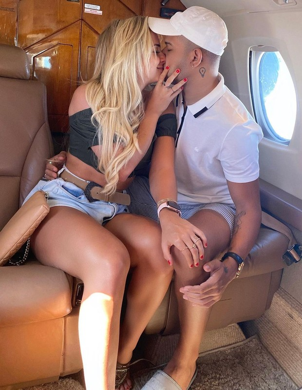 Gabi Martins e Tierry namoram em jatinho (Foto: Reprodução/Instagram)
