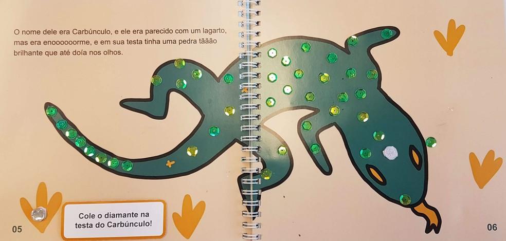 No livro 'O Lagarto Carbúnculo', a textura das escamas do lagarto foi reproduzida com a ajuda de lantejoulas (Foto: Divulgação/UFPR)