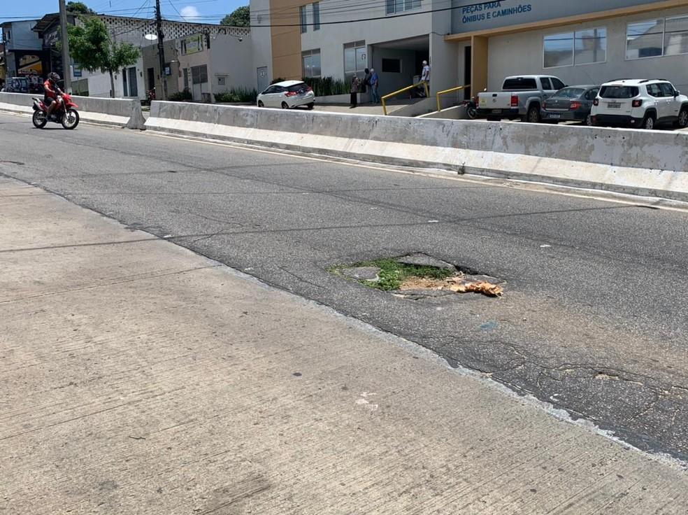 Segundo o motorista, um buraco na via teria provocado o capotamento — Foto: Anna Alyne Cunha / Intertv Cabugi