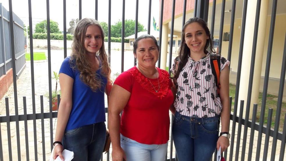 Dona de casa Izabel da Silva, acordou às 5h30 para levar filha e amigas — Foto: Jeferson Carlos/G1