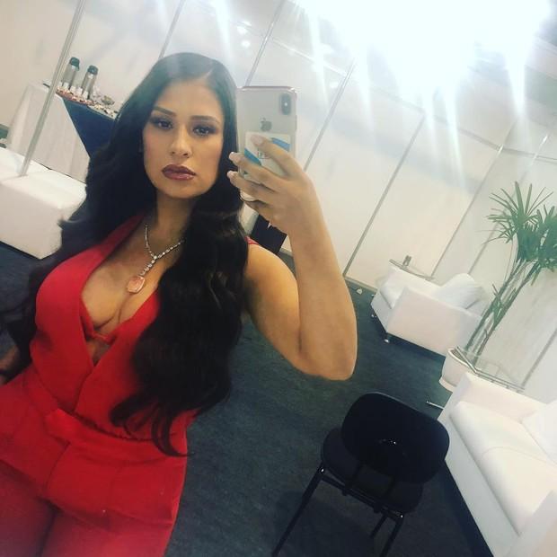 Lady in red! Simone posa extradecotada e ganha elogios  (Foto: Reprodução/Instagram)