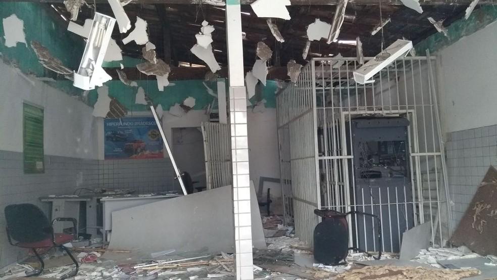 Teto da agência ficou destruído com as explosões (Foto: Ediana Miralha/Inter TV Cabugi)