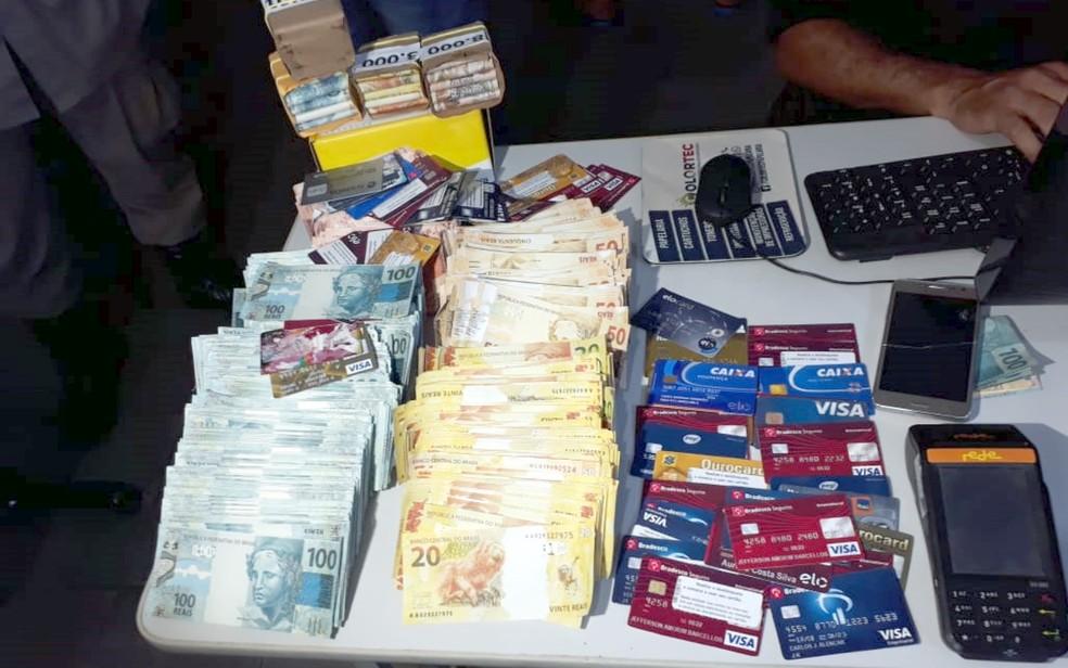 Jovem suspeito de golpes é preso com cerca de R$ 2 milhões em notas falsas — Foto: Reprodução/TV Anhanguera