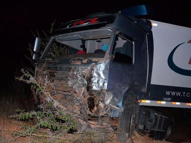 Carro bateu de frente com caminhão na Bahia (Foto: Blitz Conquista)