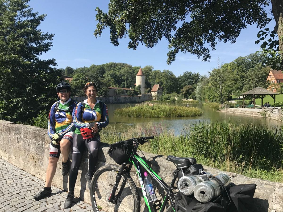 76f552bf65 Casal que percorreu mais de 1000km de bicicleta pela Europa lança livro