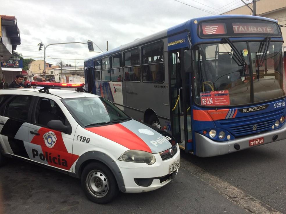 Homem é morto por policial civil em tentativa de assalto a ônibus em Pindamonhangaba — Foto: Peterson Grecco/TV Vanguarda