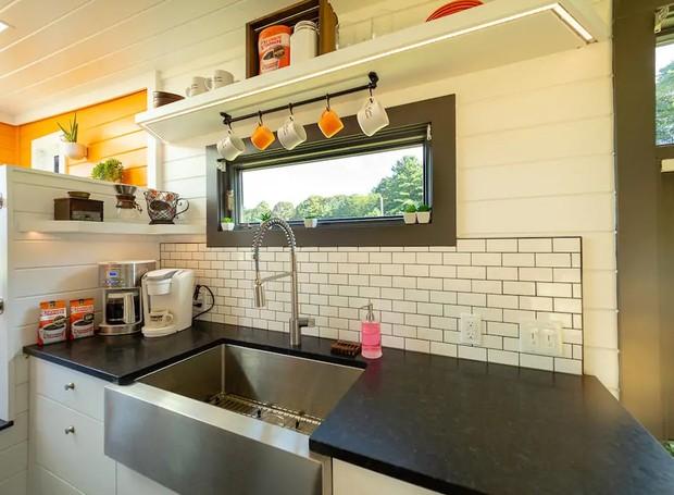 O laranja dá alegria ao branco e preto da cozinha (Foto: Cindy Ord/ Reprodução)