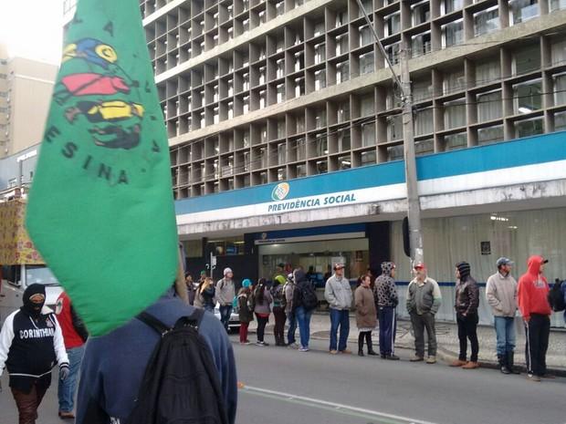Trabalhadores integrantes do MST então na agência do INSS no Centro de Curitiba (Foto: Divulgação/ MST)