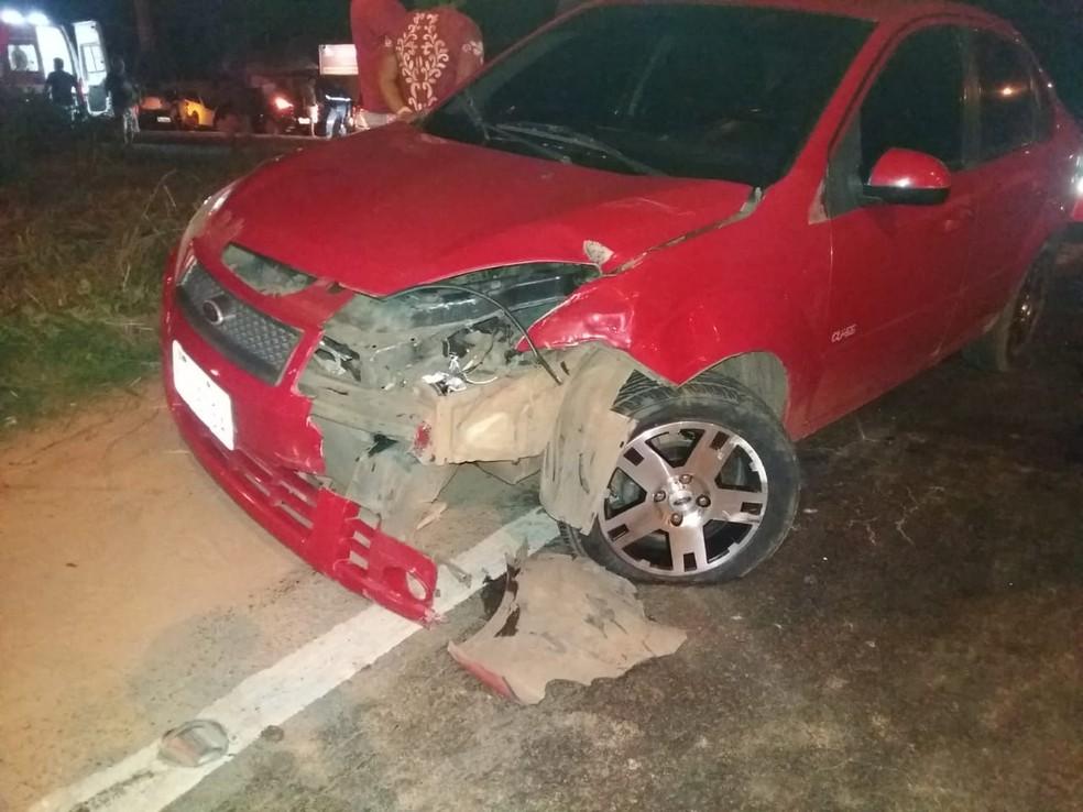 Motorista do veículo de passeio abandonou o automóvel e fugiu do local do acidente. — Foto: Divulgação/Polícia Rodoviária Federal