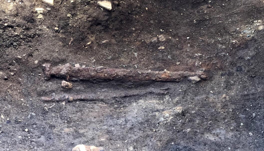 Espada foi enterrada ao lado esquerdo do corpo, indicando que guerreiro era canhoto (Foto: Ellen Grav Ellingsen, NTNU University Museum)