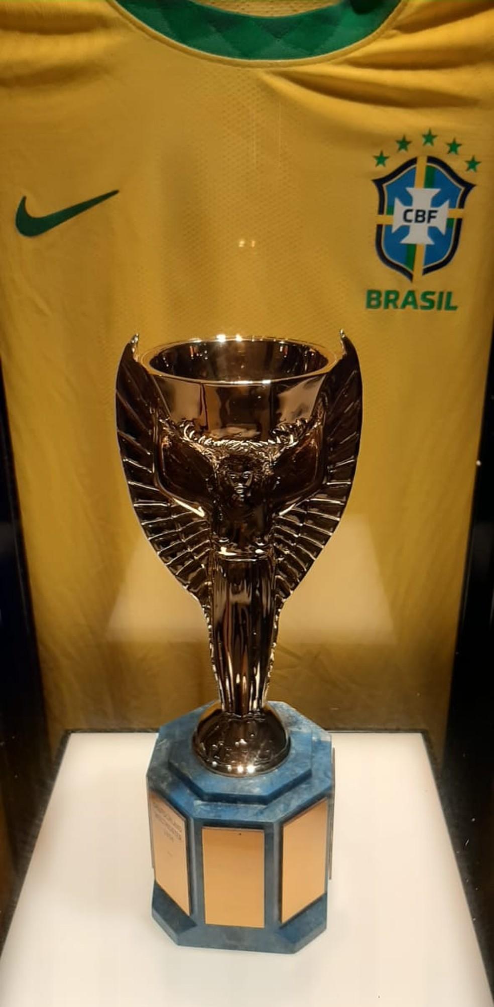 Camisa da seleção brasileira é uma homenagem à conquista de 70 — Foto: Márcio Iannacca / ge.globo