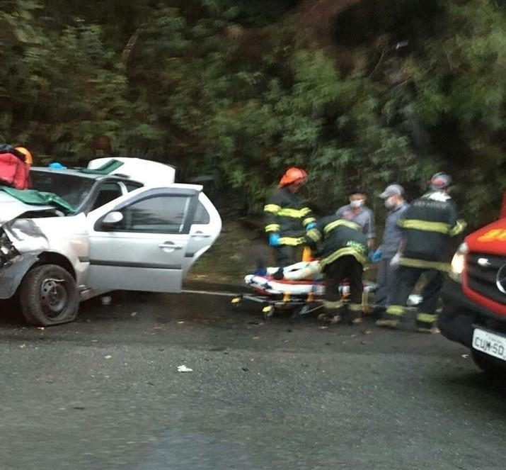 Motorista perde controle de carro e bate contra guard rail na Rodovia Mogi-Bertioga