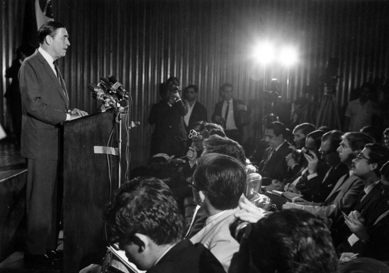 Charles Elbrick durante entrevista coletiva um dia após ser libertado, em 8 de setembro de 1969