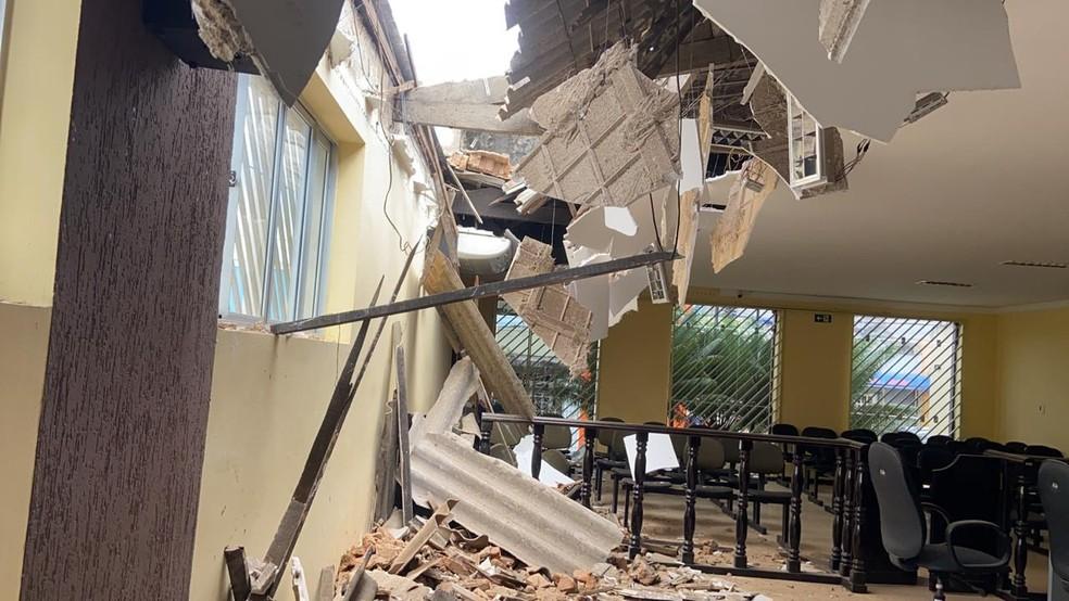 O prédio da Câmra de Tianguá já havia sido interditado pela Defesa Civil do Município por apresentar falhas na estrutura — Foto: Arquivo pessoal