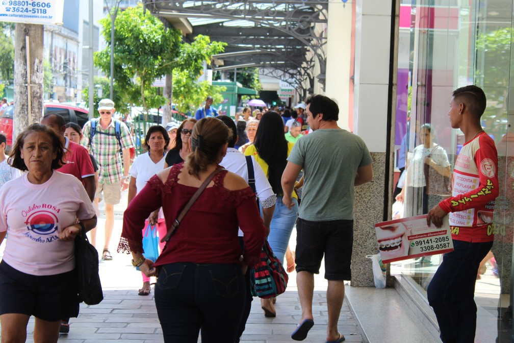 Calçada de lojas na Avenida Eduardo Ribeiro, no Centro de Manaus (Foto: Patrick Marques/G1 AM)