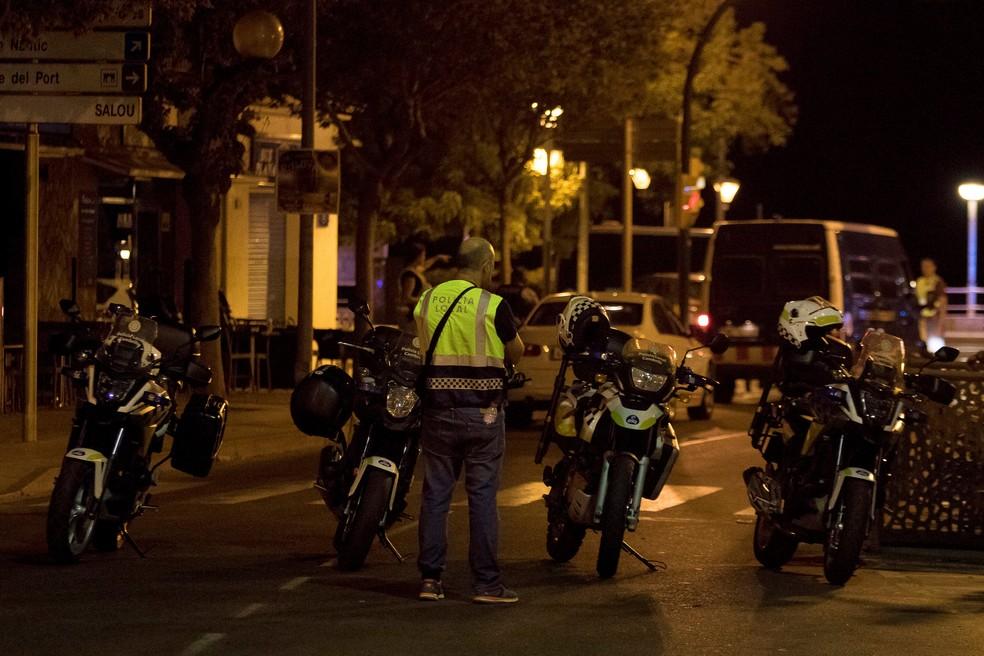 Policial durante operação em Cambrils, na Espanha (Foto: REUTERS/Stringer)