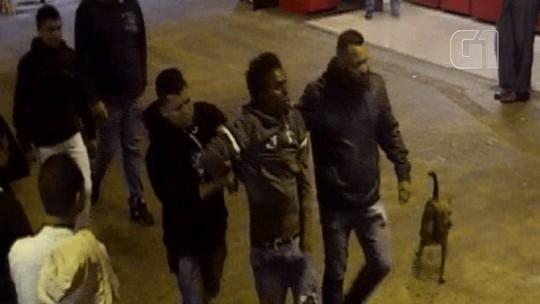 Vídeo mostra jovem negro sendo arrastado por agressores sob olhares de seguranças de terminal em SP