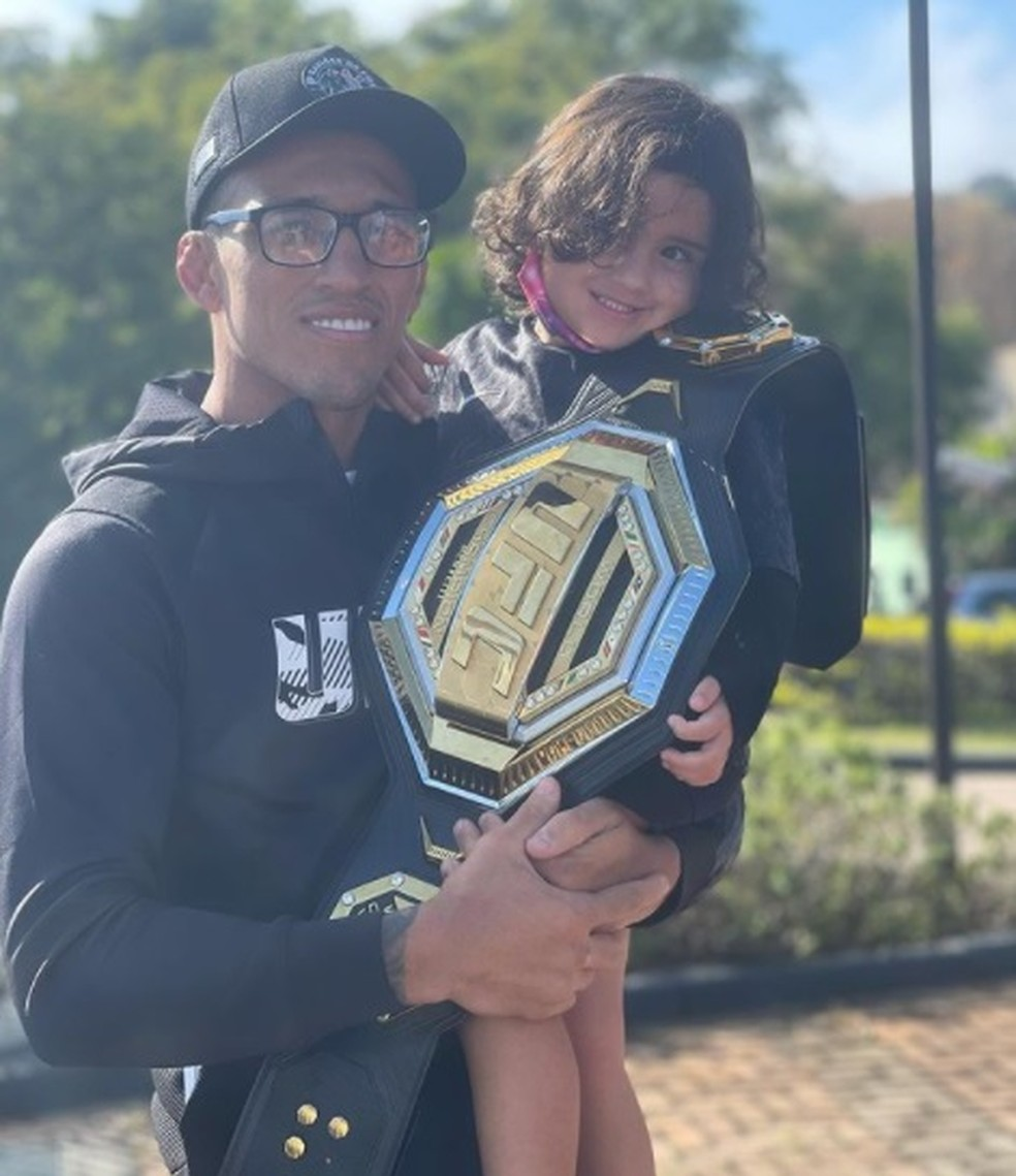 Charles do Bronx com a filha Tayla e o cinturão do UFC — Foto: Reprodução / Instagram