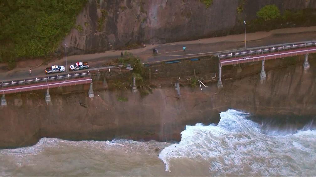 Ciclovia Tim Maia foi atingida por deslizamento de terra — Foto: Reprodução/TV Globo
