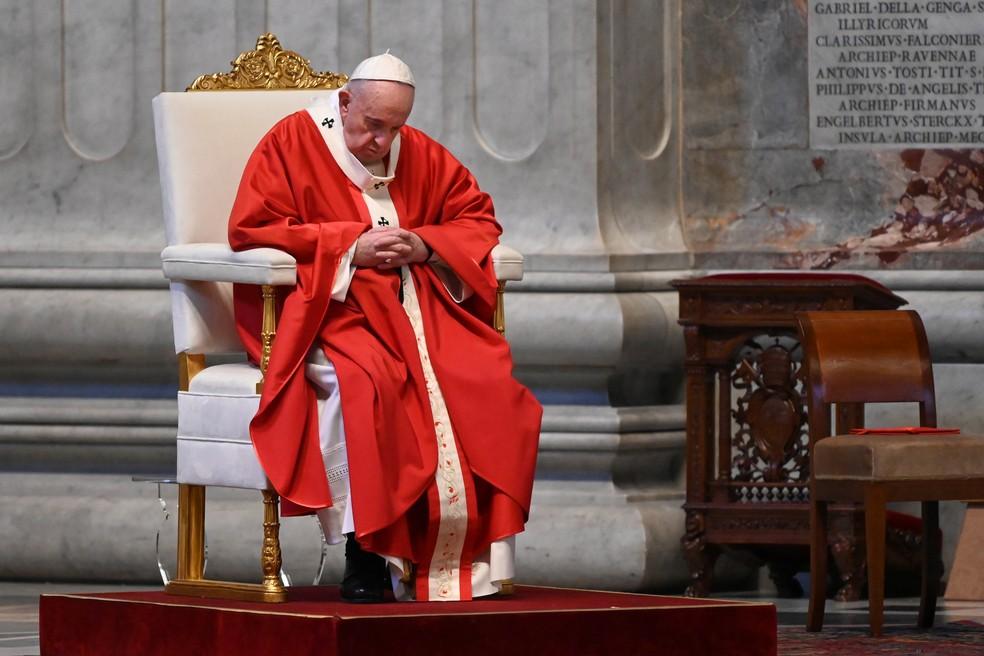 Papa Francisco durante a Missa de Domingo de Ramos na Basílica de São Pedro sem a participação dos fiéis por conta do coronavírus  — Foto: Alberto Pizzoli/Pool via REUTERS