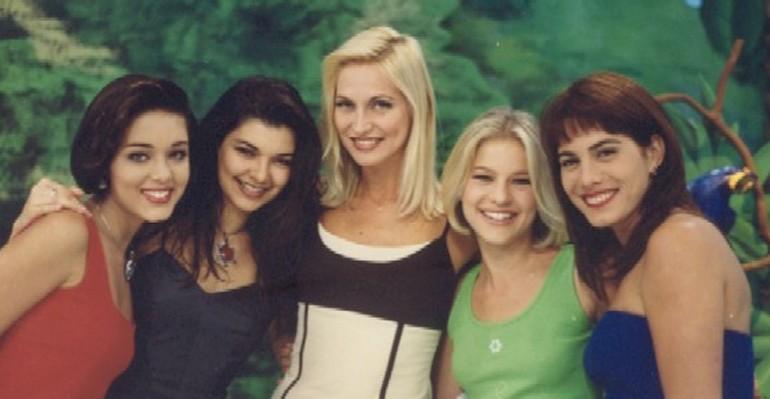 Adriana Colin (ao centro) com as apresentadoras do 'Fantasia' (Foto: Reprodução)
