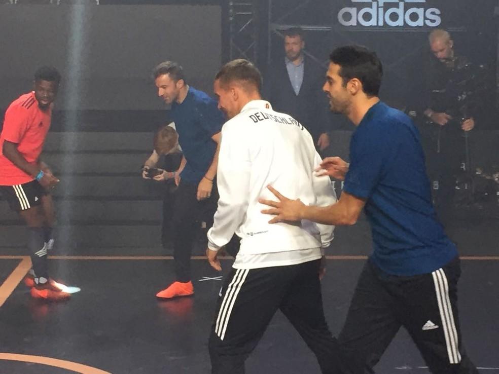 Del Piero, ao fundo, Podolski, de costas, e Kaká jogam no evento de lançamento da Telstar 18 (Foto: Richard Souza/GloboEsporte.com)
