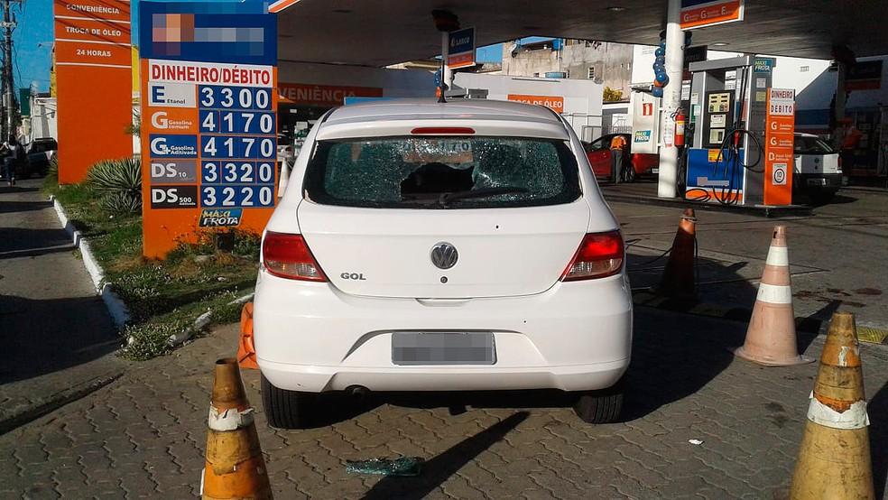Carro usado pelos bandidos foi roubado, informou a polícia (Foto: Tiago Ferreira/ TV Bahia)