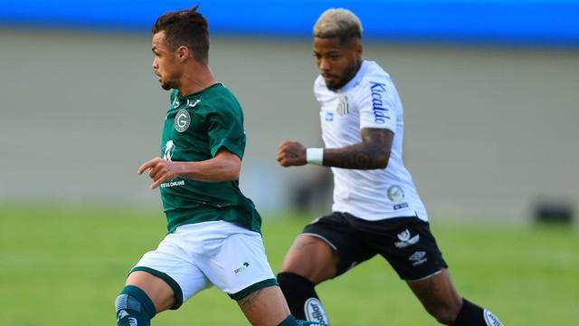 Michael e Marinho disputam lance em Goiás x Santos