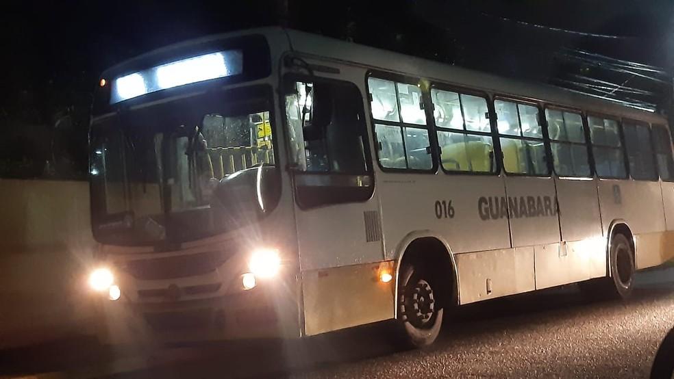 Ônibus foi assaltado em Natal na noite desta segunda-feira, 5 — Foto: Sérgio Henrique Santos