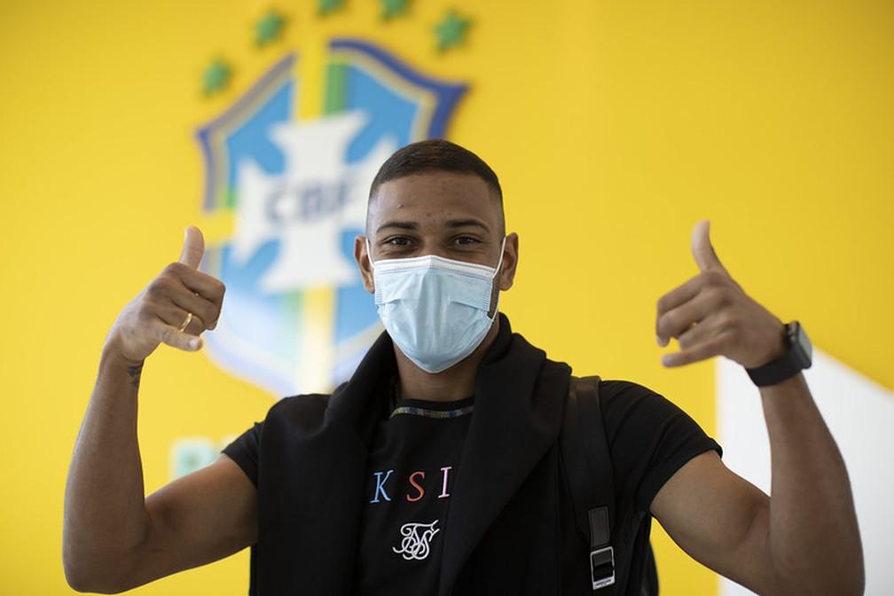 Renan Lodi, lateral da Seleção, na chegada à Granja Comary — Foto: Lucas Figueiredo / CBF