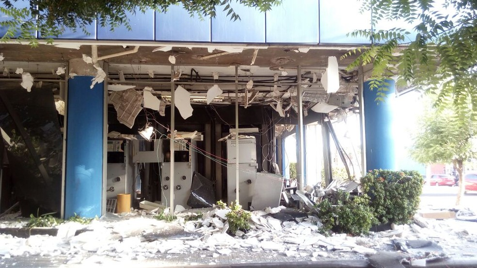 Apenas um caixa eletrônico foi destruído durante a ação dos bandidos (Foto: Catarina Costa/ G1)