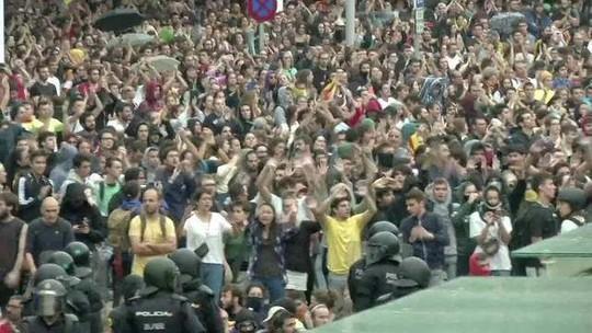 Confronto entre manifestantes separatistas e policiais cancela voos em Barcelona