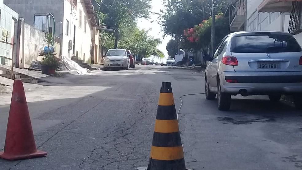 Rua dos Apóstolos em Castelo Branco, foi interditada para a retirada de poste que caiu — Foto: Cid Vaz/TV Bahia