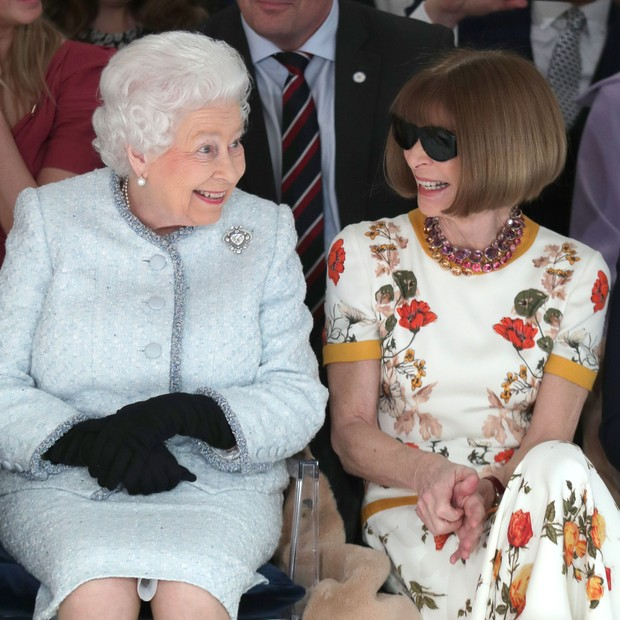 O ENCONTRO: Rainha Elizabeth II e Anna Wintour na fila A do Richard Quinn (Foto: Getty Images)