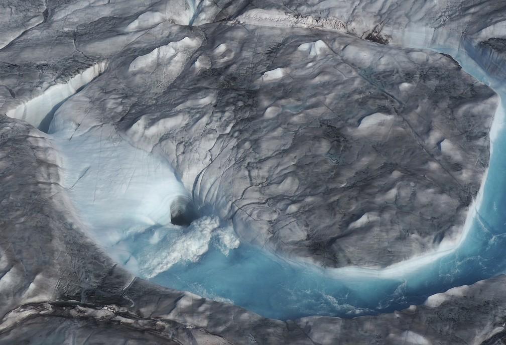 Na imagem, do dia 1º de agosto, rios de água derretendo se formam na camada de gelo no oeste da Groenlândia. A onda de calor que atingiu a Europa na semana passada está agora sobre a Groenlândia. — Foto: Caspar Haarløv, Into the Ice via AP