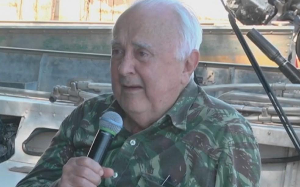Pastor Joaquim Gonçalves Silva segura microfone - foto de arquivo — Foto: Reprodução/TV Anhanguera