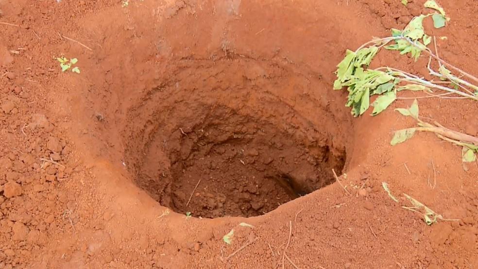 Fossa onde foi encontrado corpo de lavrador em Coqueiral (MG) foi encontrada no quintal. (Foto: Reprodução/EPTV)