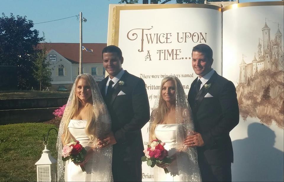 """Brittany e Briana disseram """"sim"""" aos irmãos gêmeos Josh e Jeremy Slayers em Ohio, nos EUA (Foto: Reprodução/ Facebook)"""