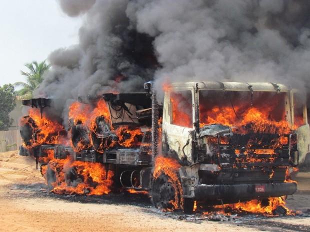 Chamas se espalharam por todo veículo após vasilha explodir (Foto: Neide Alberto/ Arquivo Pessoal)