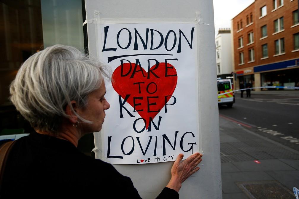 e597398b0e ... após Mulher cola cartaz com a frase   Londres  Ouse continuar amando