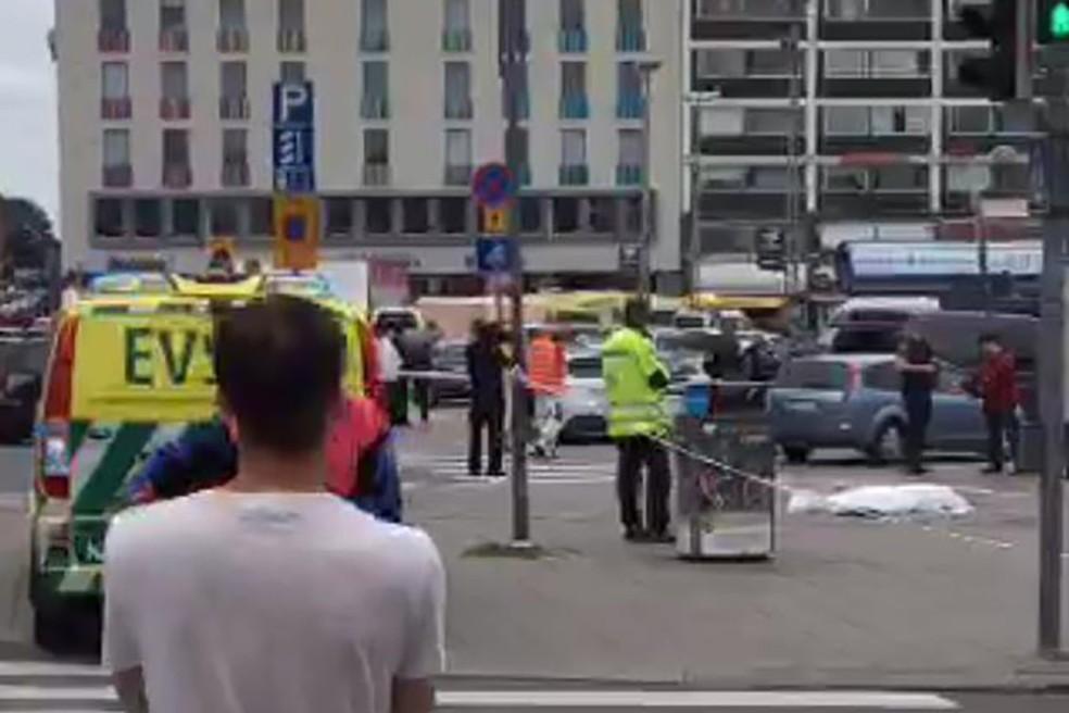 Imagem da praça central de Turku mostra um corpo coberto (Foto: JUHA RIIHIMAKI / AFP)