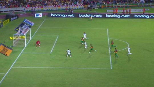 Carlos Eduardo recebe, chuta colocado, e bola passa muito perto do gol, aos 22' do 1º Tempo