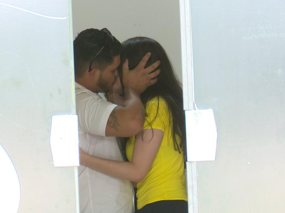 Vânia e marido se beijam após trocarem alianças — Foto: Rede Amazônica/Ricardo Araújo