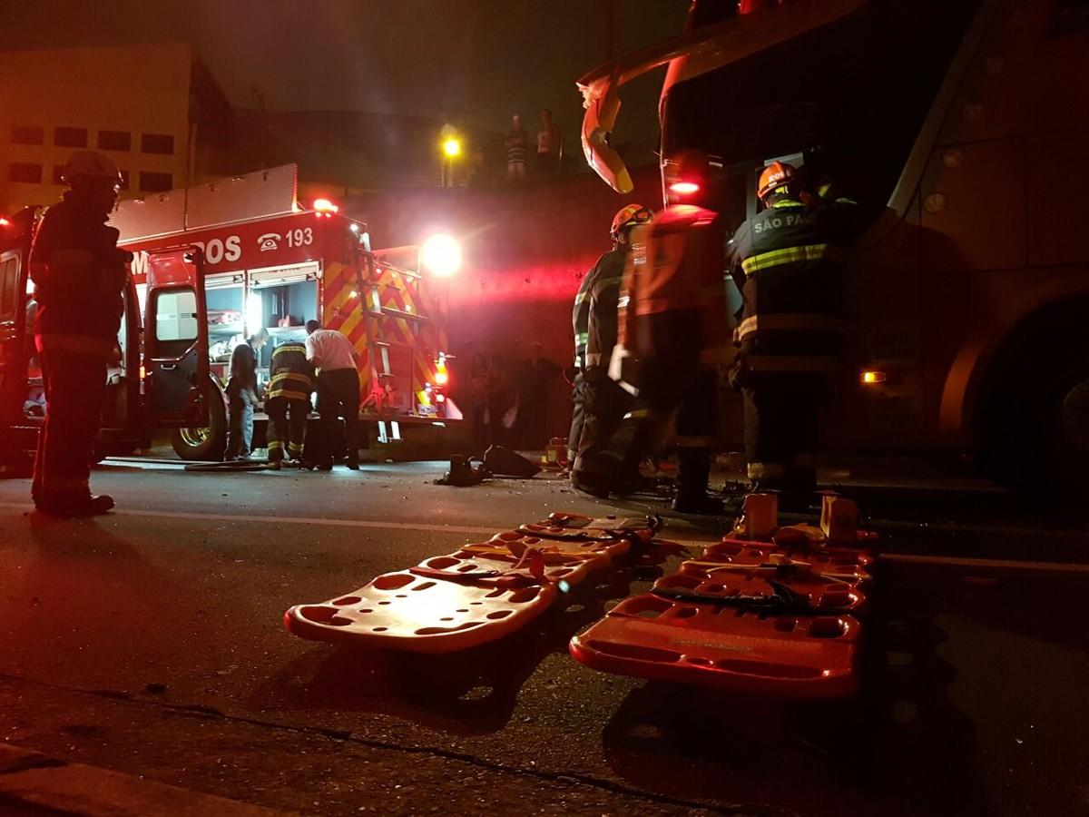 Colisão de três ônibus na saída da rodoviária de Campinas deixa feridos
