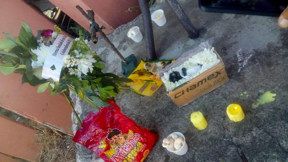 Velório de mico contou com coroa de flores, velas e lanche para os convidados — Foto: Wesley de Medeiros/Arquivo pessoal
