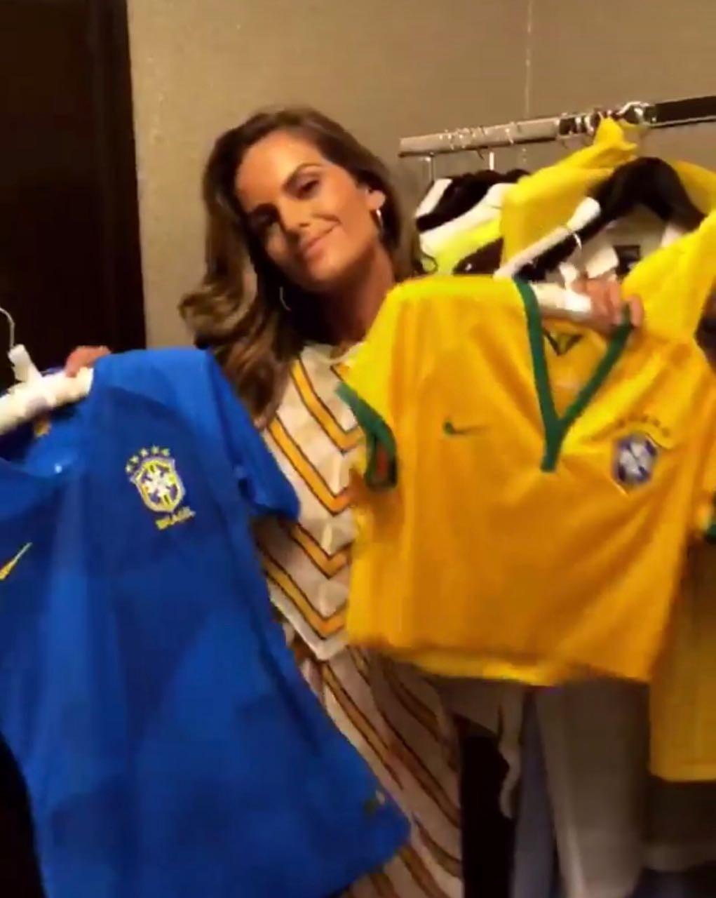 Izabel Goulart pede pros seguidores da Vogue escolherem qual camisa ela deve usar nesta quarta-feira (27) (Foto: Reprodução/Instagram Vogue Brasil)