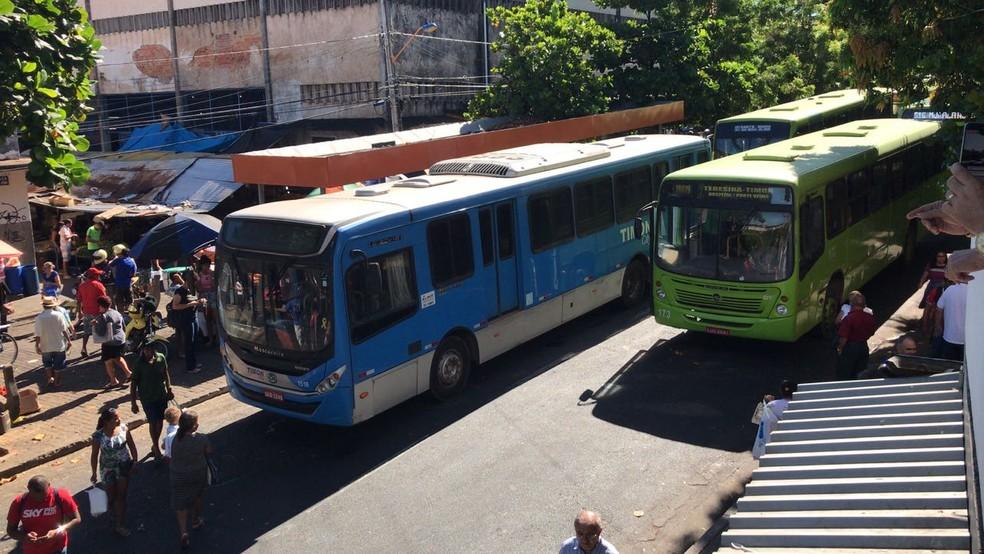 Ônibus fizeram manifestação na Praça da Bandeira, no Centro de Teresina. (Foto: José Veira/Arquivo pessoal)