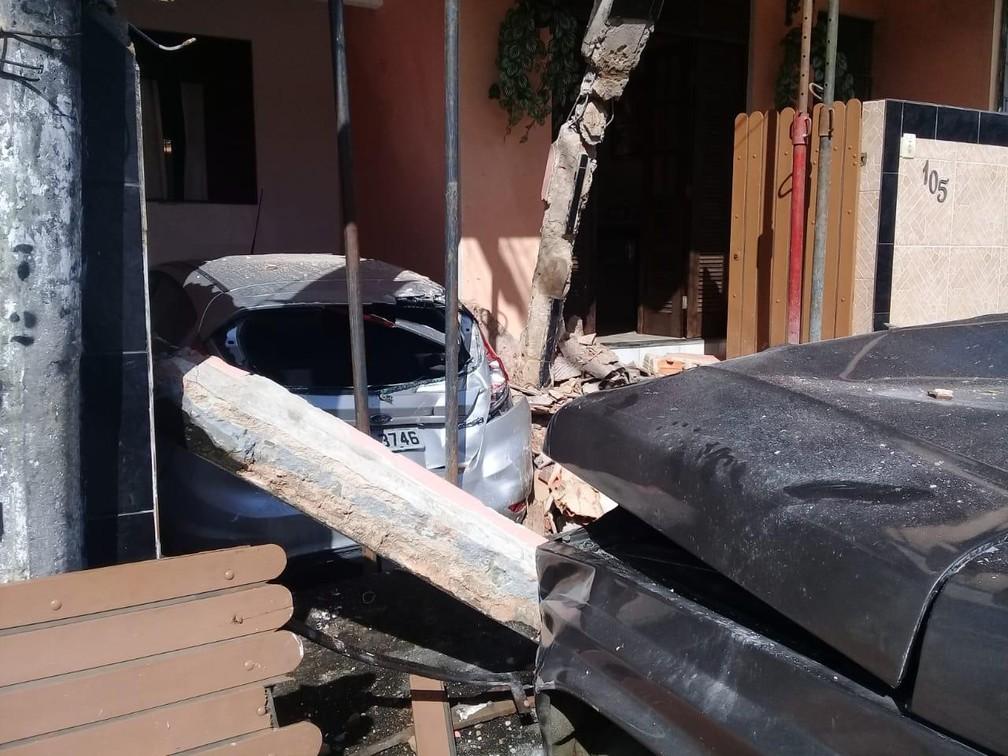 Caminhão invade casa no bairro de Plataforma, em Salvador — Foto: Codesal