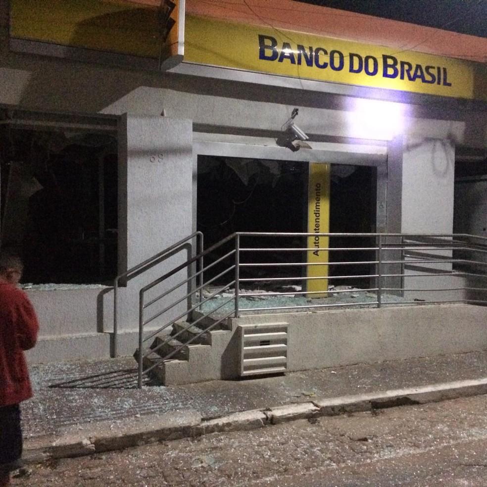 Agência do Banco do Brasil ficou parcialmente destruída, em Martins. (Foto: PM/Divulgação)