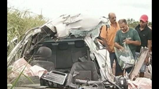 Acidente entre carro e micro-ônibus na BR-222 deixa dois mortos